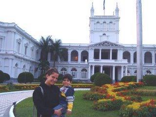 Mit Josué (3) vor dem Palacio de Gobierno