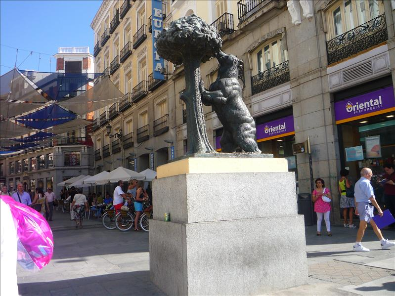 "The Madrona tree, the Spanish translation of which is ""Madrid"".  Supposedly, the bear represents the citizens of this city, ""feeding on the resources of its beautiful city"" (?)."