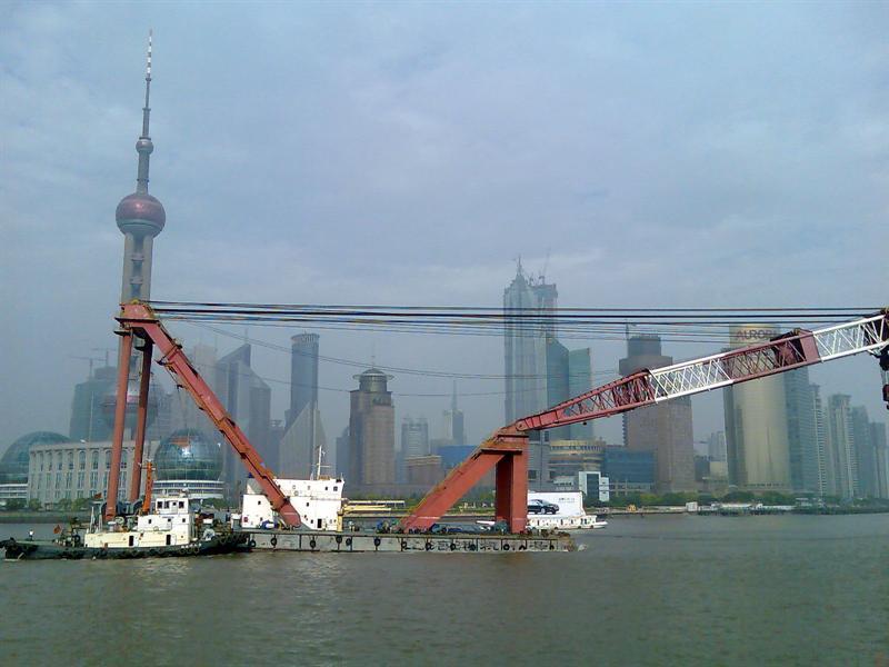 一只大拖船在黄浦江上