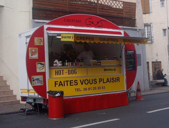 賣可麗餅 鬆餅 飲料 熱狗的攤販