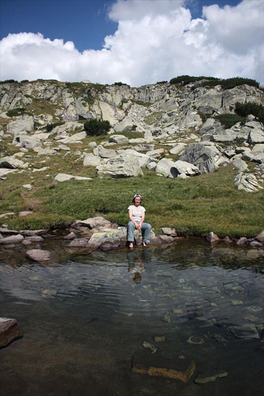 След траверса на каменистата Каменица е време да дадем почивка на нозете. Разгеле попадаме на подходящо място за това.