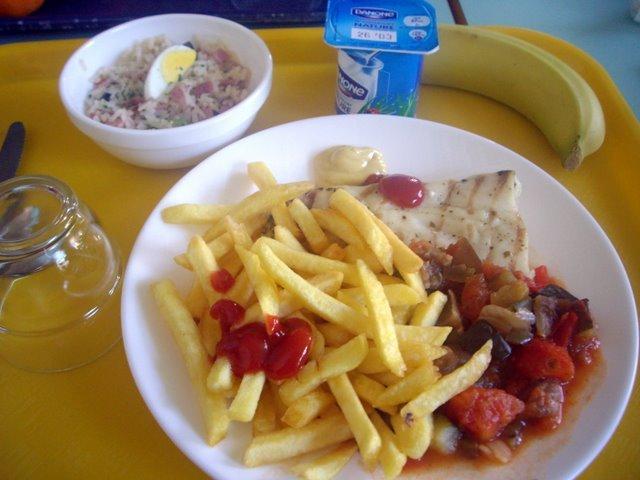 學生餐廳    主餐+水果+沙拉+優格