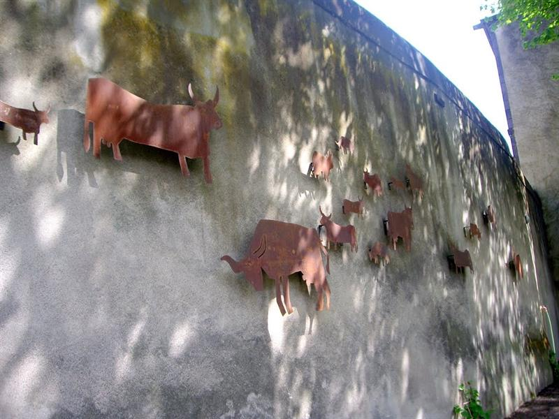 牆上的銅雕裝飾