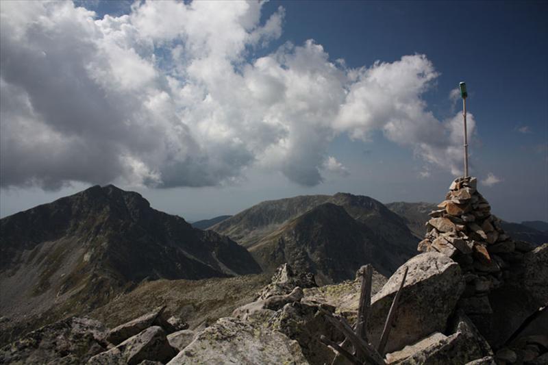 Поглед от Каменица към Яловарника и Кукленския венец. Вляво - Безименният връх, често сниман от пътеката за х. Беговица, поради интересния улей, който сякаш разделя върха на две.