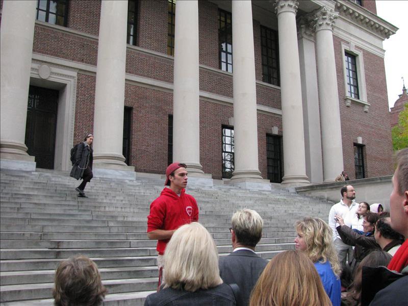 Een student als tourgids, voor de harvard bibliotheek, die 6 verdiepingen onder de grond zit