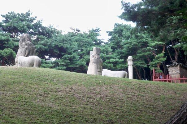 09/14 - chuseok @ seolleung park royal tombs -   the statues of men are warriors and government officials that act as guardians for the tombs