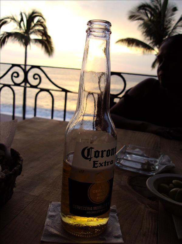gehoert hier einfach dazu: Sonnenuntergang auf der Dachterrasse mit einem kuehlen Bier (natuerlich Corona! :-)