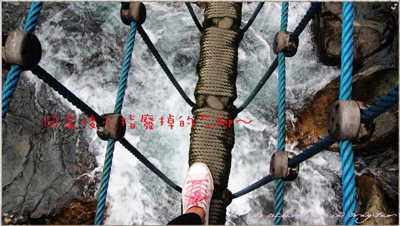 快廢掉的左腳與湍急溪水合影