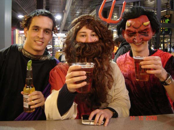 mooi effe biertje doen, dat was de hele reden dat ik een half masker had..