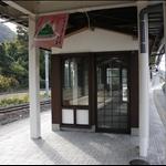 山寺站月台上的待合室