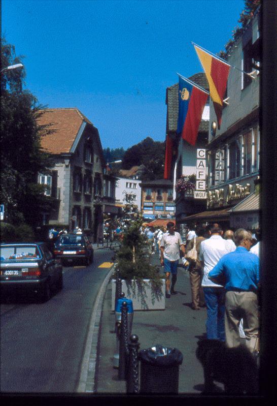 Calle con banderas