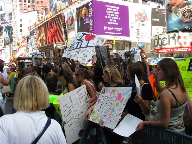 voor het gebouw van MTV waar fans staan te wachten op...
