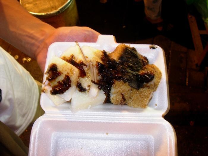 沒吃飽又衝到回民街去吃蜂蜜涼粽子,吃起來就像粉粿軟軟冰冰甜甜的