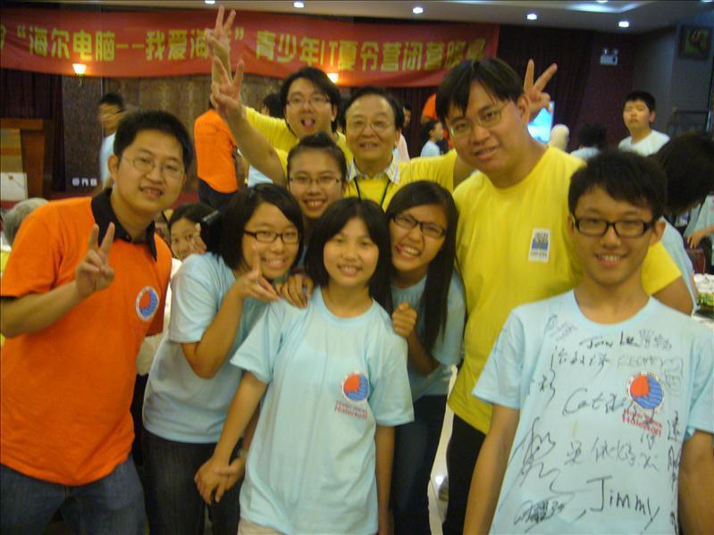 合照!!橙色團服是上海導師,,黃色團服是香港導師,,其實除了站最前的香港導師,其他人也是「攝鏡」 @ 晚宴場地