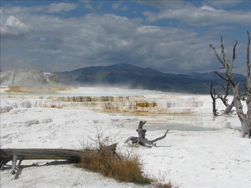 waterpoeltjes die gekoeld worden door de vulkaan en kalkafzetting komt mee