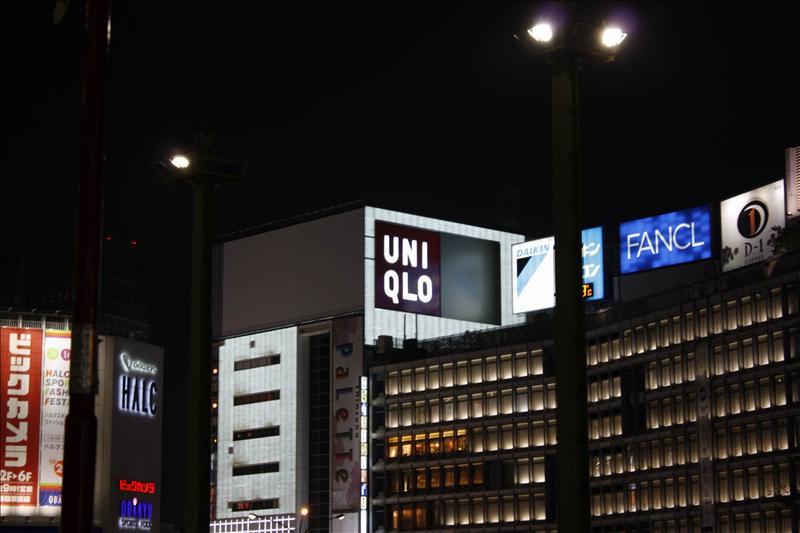 東京夜景  新宿西口 UNIQLO(日本的左登奴)招牌