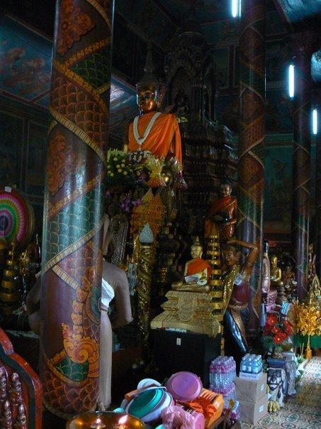 Le boudha local, littéralement couvert d'offrandes, ça déborde même par endroits.