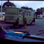 Niños agarrados bus