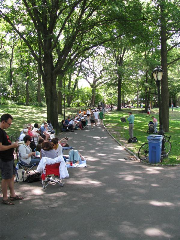 een rij van zeker 2 km om kaartjes op te halen voor een gratis voorstelling van shakespeare in central park