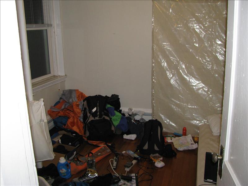 mijn kamertje (is nogal een troep vanwege de kampeerspullen)