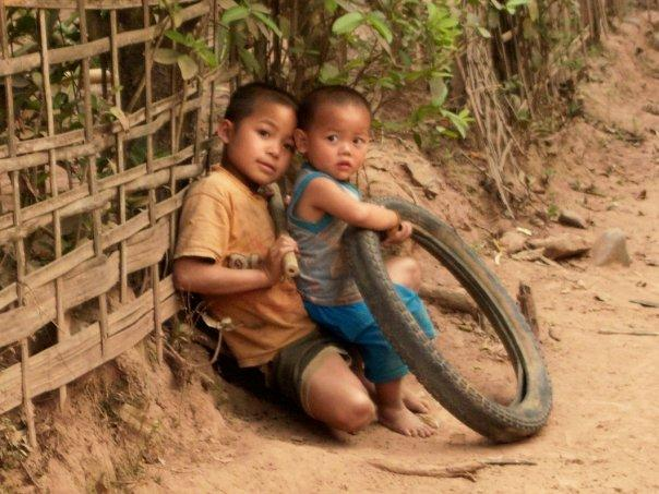 CHILDREN AT MUANG NGOI NEUA