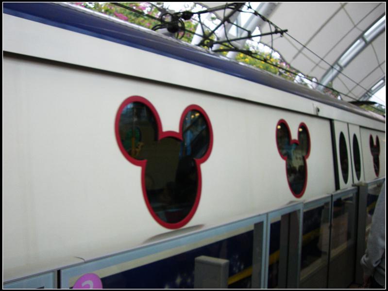 車廂的窗戶是米奇