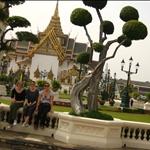 die 3 Grazien vor der Audience Hall des Koenigs von Thailand
