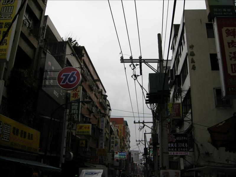 離開淡大經過的街道,天空上的電線好像譜線