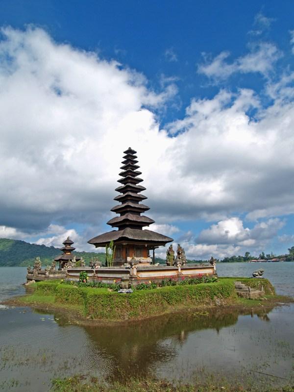 Pura Lake Buyan