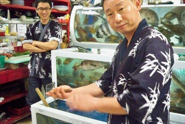 07/27 - jagalchi fish market -  this guy is presenting a seaworm.