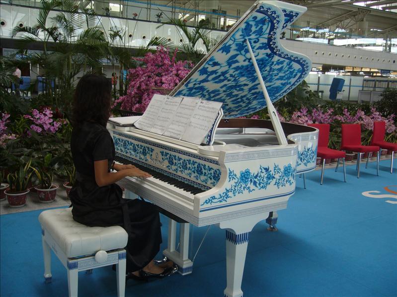 很美的鋼琴,很美的彈奏者,很美的音樂 @ 青島機場