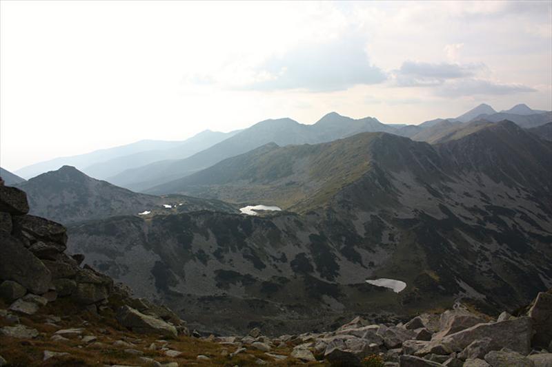 Поглед от Валявишки чукар към Превалски чукар, върховете по билото, Вихрен и Кутело. Вляво Георгийца и Синаница. Чаирските езера и едно от Превалските.