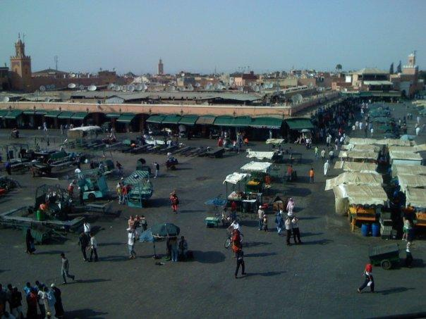 Place El Ja Me Na ou Jemaa El Fna =D A 45°C, ça brule les pieds..