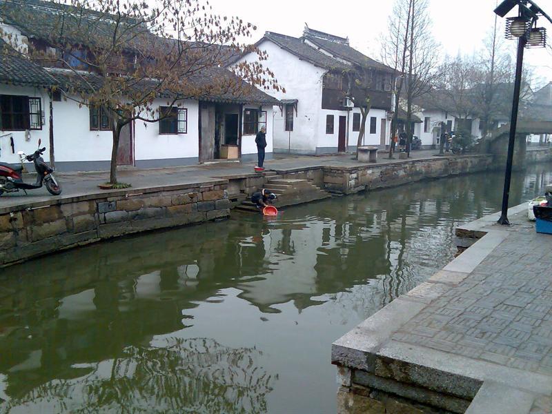 古镇居民仍保留着传统的用水习惯