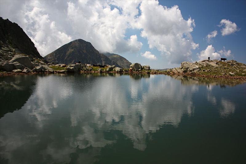 И пак това езеро, този път с Яловарника. От снимката се вижда защо така е наречен.