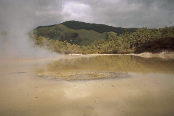 TE WHAKAREWAREWA, POHUTU GEYSER, ROTORUA, NI - DEC 2003