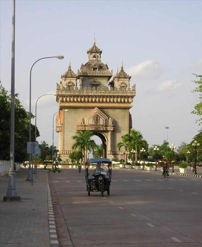 098 tuk tuk and the national monument.JPG