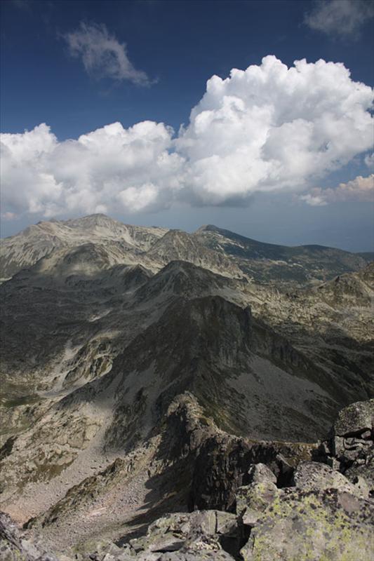 Повечето от описаните в предишната снимка обекти. Тук, обаче, по-добре се вижда ръбът, по който става траверса на Каменица.