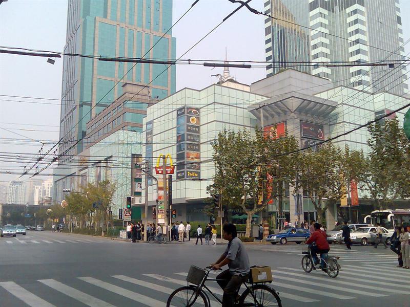 右边是中信泰富广场,左边是金鹰购物中心