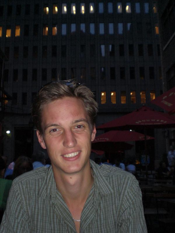 Vlakbij Wall Street eten in een gezellig steegje, vooral de wolkenkrabber achter Bart geeft aan dat we in het financial destrict waren