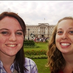 Adri and Chel with Buckingham Palace.JPG