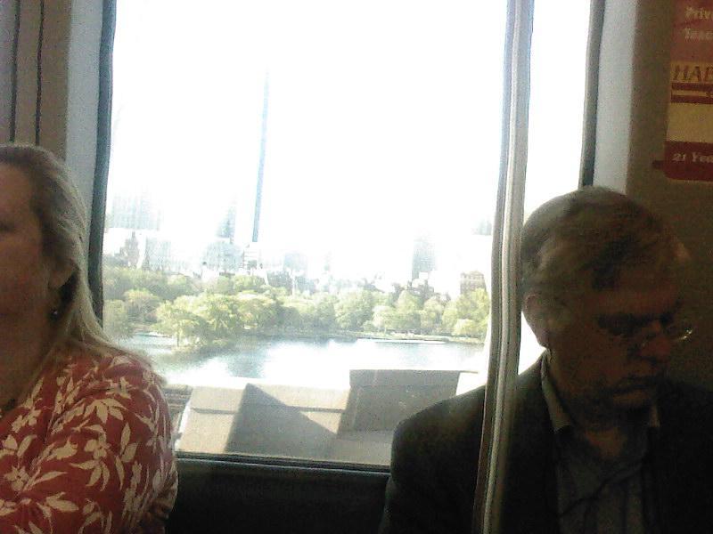 in de metro met de stad en de Charles River op de achtergrond
