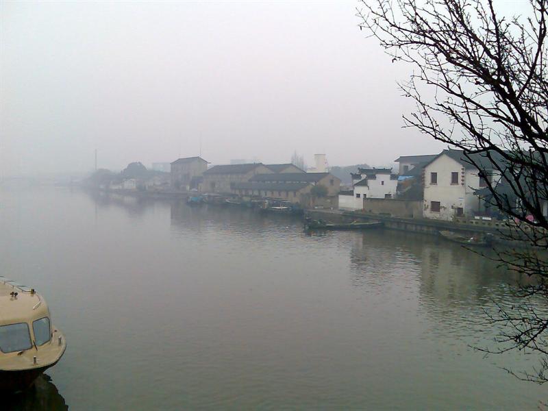 远看烟雨中的水乡