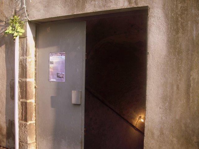 地窖大門口通常是鐵門