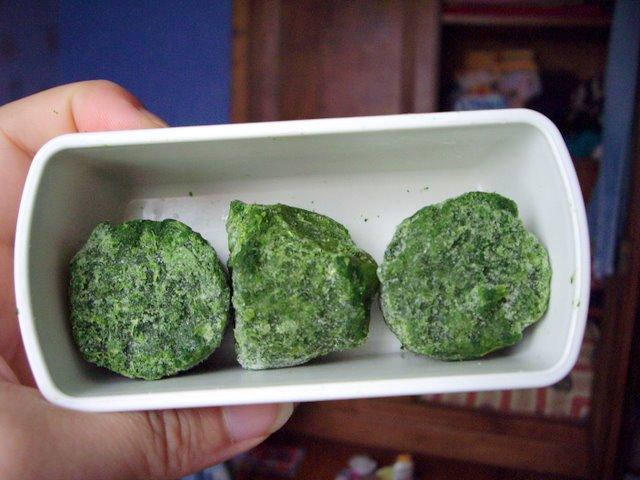 一種冷凍蔬菜   很像牧草塊
