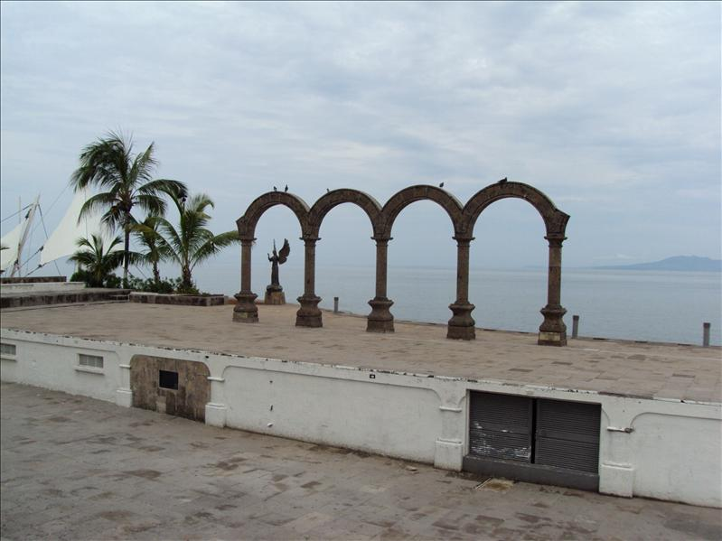 Malecon Puerto Vallarta (morgens, daher keine Menschen :-) )