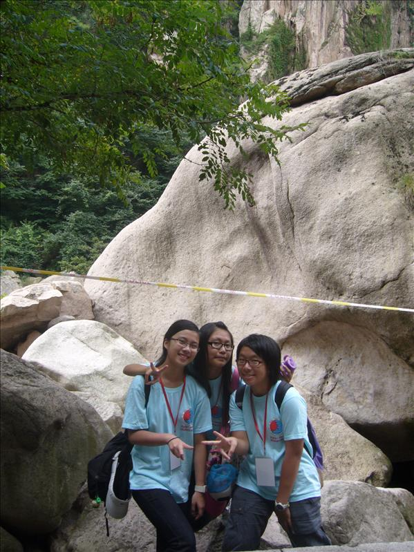Cherry Tiffany and Jessica in front of the BIG STONE @ 嶗山