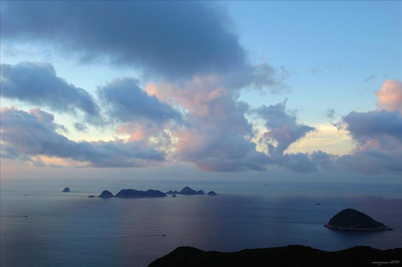 位處大嶺峒東南面浮於海中的群島便是果洲群島,前景右下方的是青洲