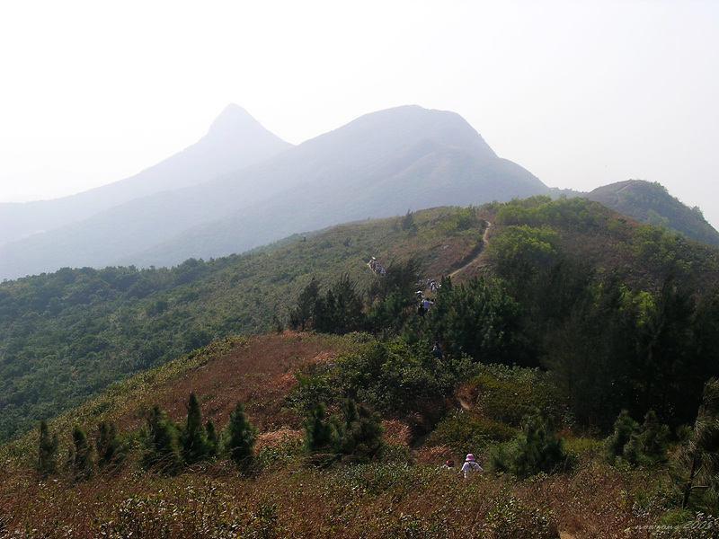 A close view of High Junk Peak (Fisherman's Mountain) 雲霧間,最尖的山頭便是著名險峰─釣魚翁