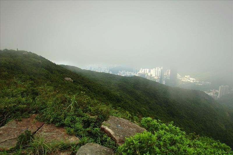 濃積雲從香港西南方經過南丫島及金馬倫山飄向九龍東部